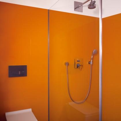 Dusche mit Glasrückwand