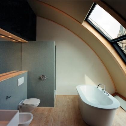Badezimmer mit Seekiefer-Fussboden