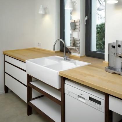 Modulküche mit ahornplatte und keramikbecken