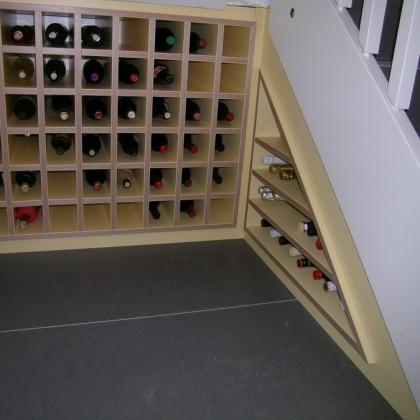 Weinregal unter Kellertreppe